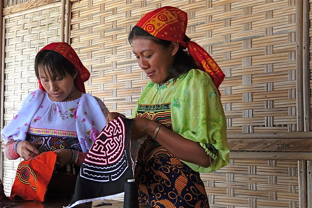 Kuna women sew molas in Panama. Rita Willaert.
